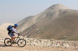 Изображение Фотография велосипедиста в Иудейской пустыне