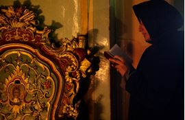 Picture of Picture of a praying nun in the Church of the Holy Sepulchre