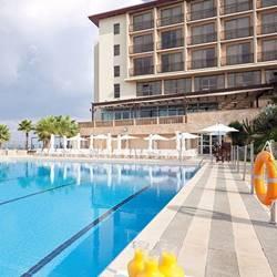 בריכת מלון דן אכדיה