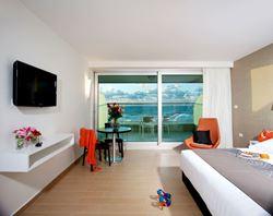 חדר הכולל מיטה זוגית, טלוויזיה, מרפסת ופינת ישיבה - Room Features Double bed, TV, Balcony and sittint area