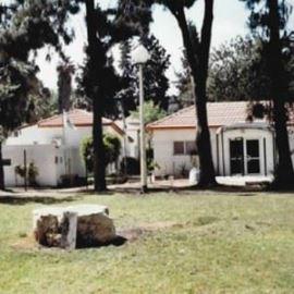 "אכסניית אנ""א פ""ת - חצר - ANA Hostel Petach Tikva - Courtyard"