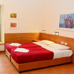 חדר שינה הכולל מיטות נפרדות - Bedroom with separate beds