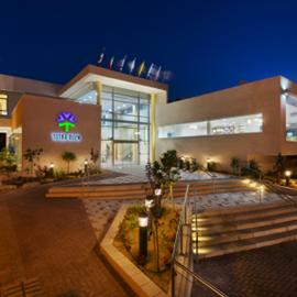 חזית מלון  אירוס המדבר בלילה - Front of Desert Iris Hotel at night