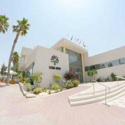 חזית מלון אירוס המדבר בשעות היום - Front of Desert Iris Hotel at Daylight