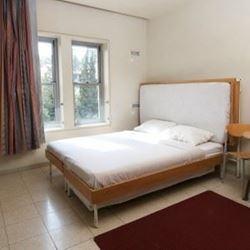 חדר שינה הכולל מיטה זוגית
