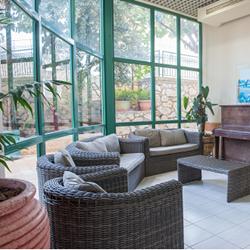 """אכסניית אנ""""א פקיעין  - פינת ישיבה - ANA Hostel Peki'in - Seating Area"""