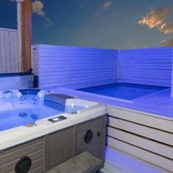 סוויטות ברטמנס - חצר - בריכה וג'קוזי - Bratmans Suites - Courtyard - Pool and Jacuzzi