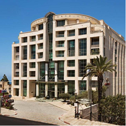 חזית מלון קראון  פלזה - Front of Crown Plaza Hotel