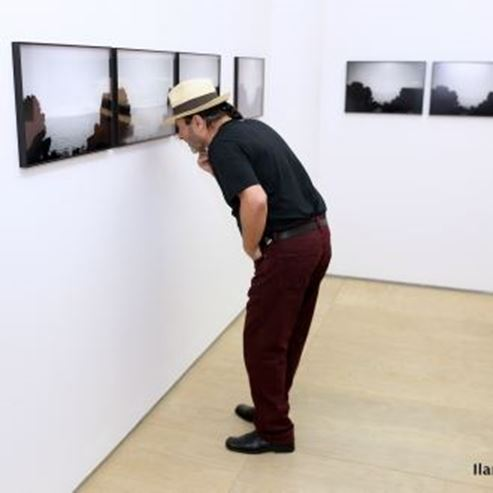 אדם מתבונן בתמונה - Man observing picture