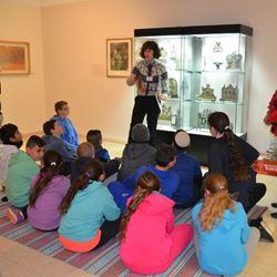 מדריכה עם ילדים - Instructor with children