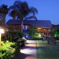 צימר בקתות משי - חצר בלילה - Biktot Meshi Zimmer - Courtyard at night
