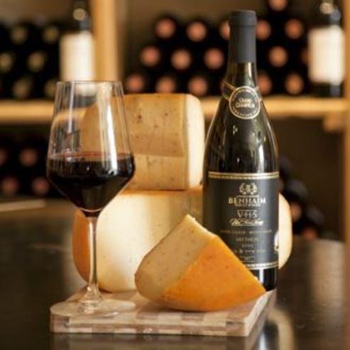 יין כוס וגבינה - Wine glass and cheese