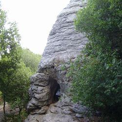 """חור בסלע המכונה """"נחירי הממותה"""" - Hole in the rock known as """"Mammoth nozzles"""""""