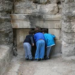 ילדים במערות הקבורה העתיקות - Children in ancient burial caves