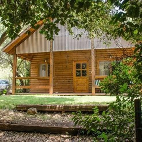 מקום בלב - כניסה לבקתה מעץ - Makom Balev - Wooden hut entrance