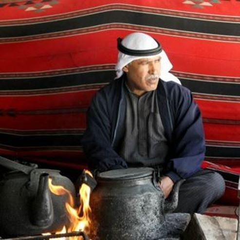 גבר בדואי יושב באוהל המסורתי - Bedouin Men sitting in traditional tnet