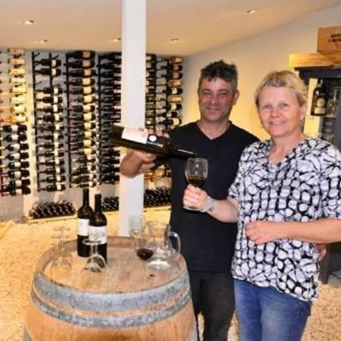 אנשים במרתף היין - People at the winery