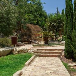 מדרשת מעלה חבר - חצר האכסנייה - Midreshet Ma'ale Haver - Inn's Courtyard