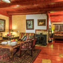 אודם הבר - בקתה מעץ מבפנים - Odem HaBar - Log Cabin Interior
