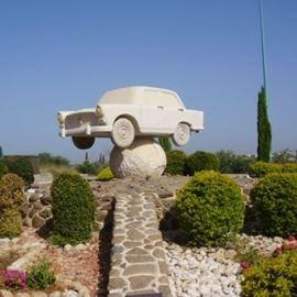 פסל של מכונית מאבן בכניסה לגוליס - A stone car statue at the entrance to Julis