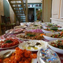 בית מישל - שולחן עם אוכל - MICHEL House - Table with food