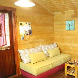 זהר בדשא - בקתת אירוח פינת ישיבה - Zohar BaDeshe - Hosting hut seating area