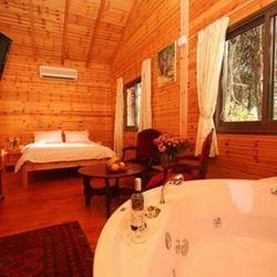 מיטה זוגית, ג'קוזי ופינת ישיבה בתוך הצימר - Double bed, Jacuzzi and seating area in zimmer