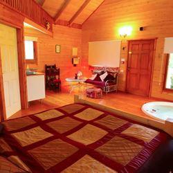 הצימר מבפנים - ג'קוזי, מיטה זוגית ומטבחון - HaZimmer from the inside - Jacuzzi, Double bed and kitchenette