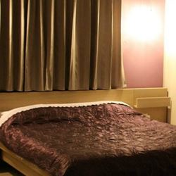 מיטה זוגית בחדר השינה - Double bed in bedroom