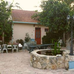 חצר הצימר - Courtyard of Zimmer Zman Midbar
