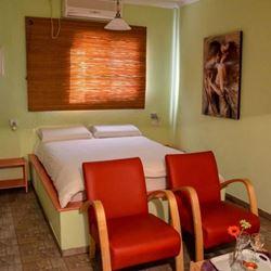 חדר שינה הכולל מיטה זוגית ושתי ספות ישיבה - Bedroom features a double bed and two sofa beds