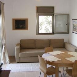 חדר הכולל ספה ושולחן אוכל - Room Features Couch and Dining table