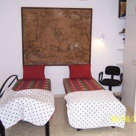 חדר שינה הכולל שתי מיטות נפרדות - Bedroom with twin beds