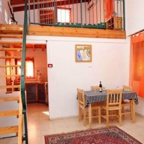 הצימר - פינת ישיבה ומטבחון - HaZimmer - Seating area and kitchenette