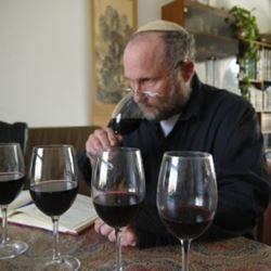 אדם טועם יין - Man tasting wine