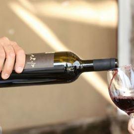 מזיגת יין לכוס - Pouring wine into a glass