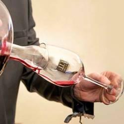 יין נמזג לכוס זכוכית - Wine pouring into glass