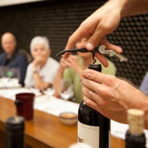 פתיחה של יין - Opening of wine