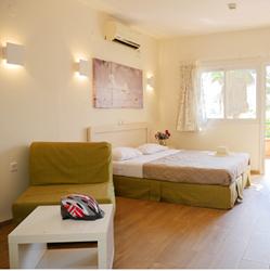חדר השינה במלון אלמוג - Bedroom at Almog Hotel