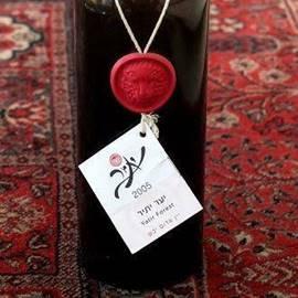 לוגו יקב יתיר, על בקבוק יין - Yatir winery logo, on a bottle of wine