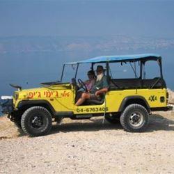 הג'יפ בתצפית לכינרת. - Jeep in a view of the Sea of Galilee
