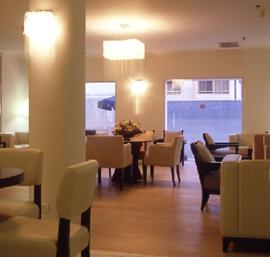 פינות ישיבה בלובי - מלון ויסטה - Seating areas in lobby - Vista Hotel