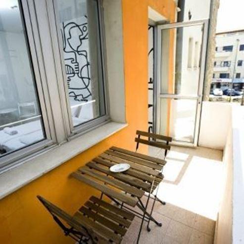 אכסניית ליטל תל אביב - מרפסת - Little Hostel Tel Aviv - Balcony