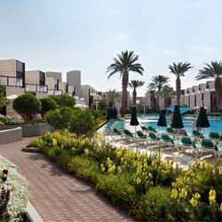 מבט חוץ -בריכה חיצונית וחדרי מלון ריביירה קלאב - Outside View - outdoor pool and Riviera Club Hotel rooms