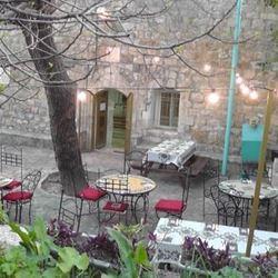 חצר בית הכנסת - Courtyard of Synagogue
