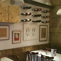 קיר מעוצב במסעדה - Designed wall in the restaurant