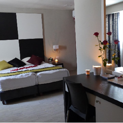 חדר במלון הכולל מיטה זוגית ופינת ישיבה - Hotel Room Features Double bed and sitting area