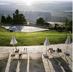 מרפסת מלון אלמא הצופה אל הנוף - Balcony Hotel Alma overlooks the landscape