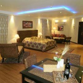 חדר שינה הכולל מיטה זוגית, ספה ופינות ישיבה - Bedroom features a double bed, sofa and seating areas