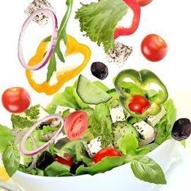 קערת סלט ירקות חלבי